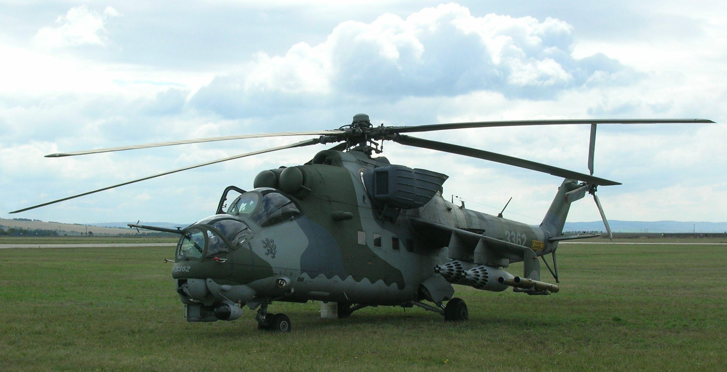 Вертолет одновинтовой схемы с рулевым винтом двумя гтд крылом и трехопорным шасси ми 24р